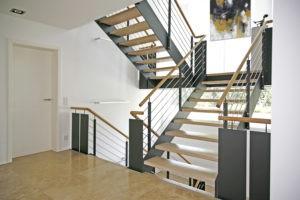 Stahlwangen-Podest-Treppe mit Holzstufen und Edelstahl-Geländer