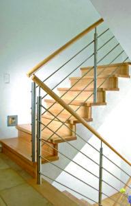 Stufen und Setzstufen auf Beton mit Edelstahl-Geländer