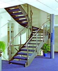 Stahlwangen-Treppe mit Glasgeländer