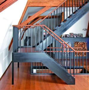 Stahlwangen-Podest-Treppe mit Stahlgeländer