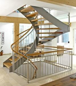 Stahl-Wangen-Treppe mit Holzstufen und Edelstahl-Geländer
