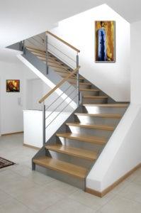 Stahl-Wangen-Treppe mit Holzstufen und Edelstahlsetzstufen
