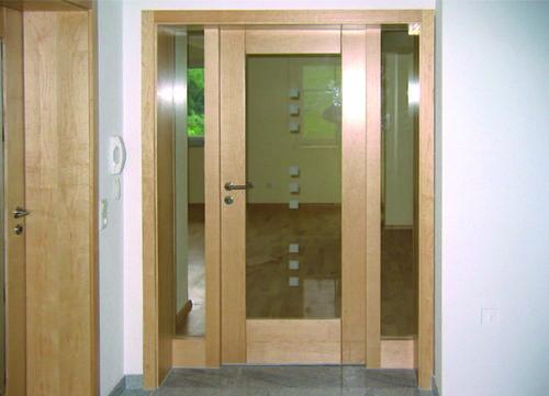 Tür mit Glas und Punkte