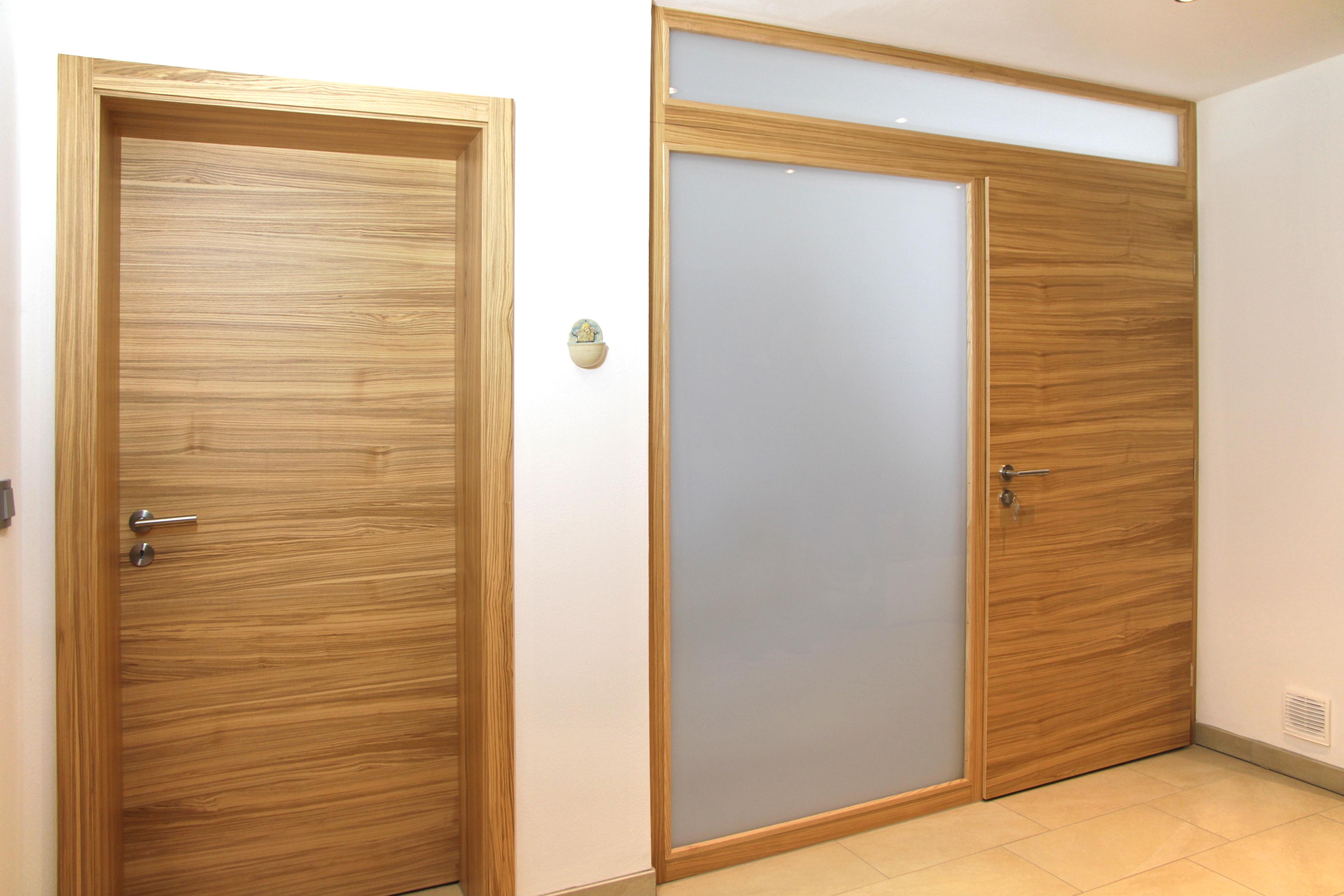 Tür mit Seitenelement aus Milchglas